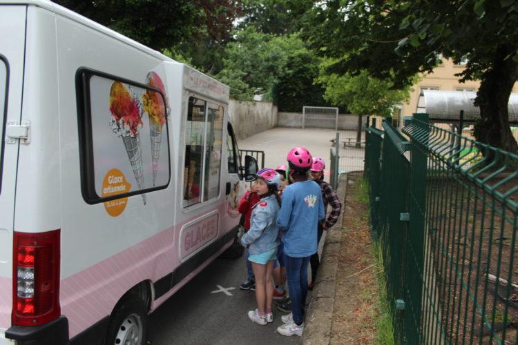 La camionnette du marchand de glaces est venue dans notre école